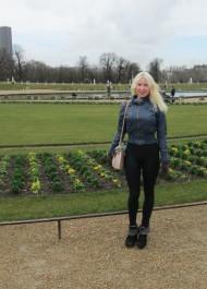 Moi-même au Jardin du Luxembourg, arrivée depuis peu à Paris pour un séjour de recherche de trois mois dans le cadre de mon doctorat sur Proust.
